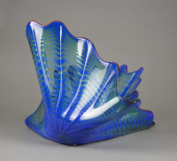 Dale%20Chihuly%2C%20%3Cb%3E%3Ci%3E%20Blue%20with%20Crimson%20Lip%20Wrap%20Basket%20Sea%20Form%3C%2Fi%3E%3C%2Fb%3E%2C%201993%2C%20glass%2C%20Gift%20of%20Douglas%20and%20Lila%20Goodman%2C%20%26%23169%3B%20Dale%20Chihuly%2C%202001.90.6a%2Cb