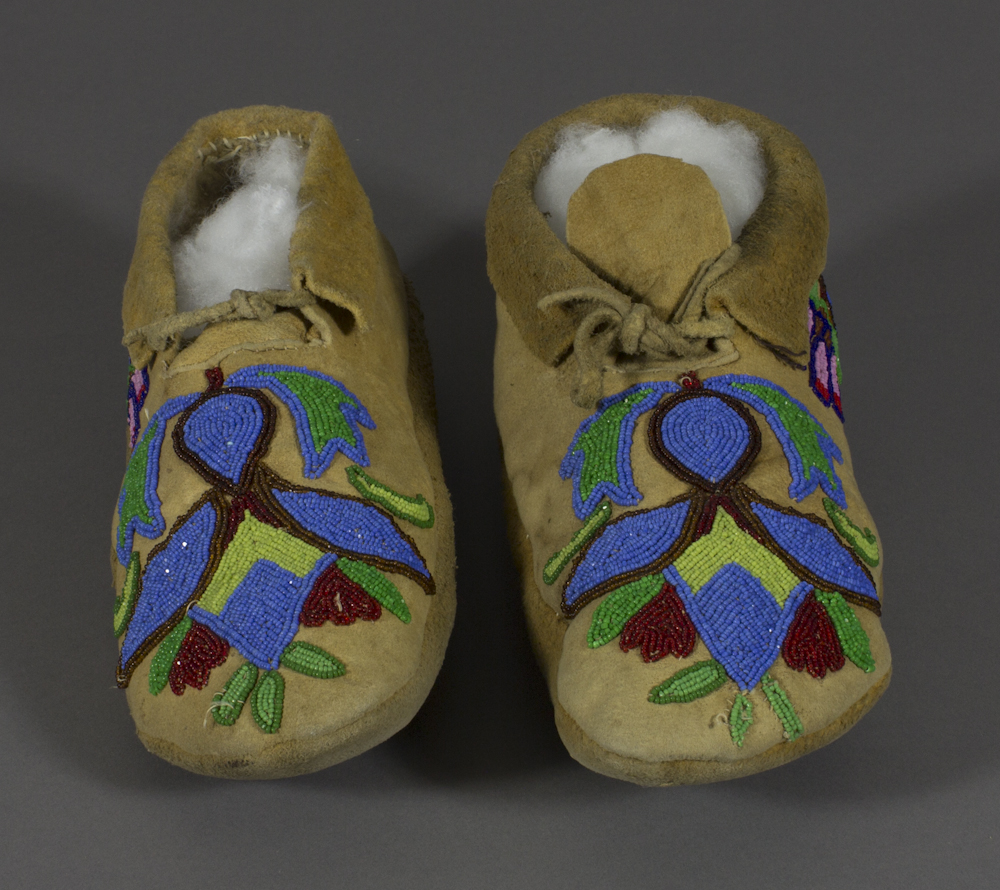 Yakama%20artist%2C%20%3Cb%3E%3Ci%3E%20Lk%26%238217%3Bam%20%28Moccasins%29%20and%20Wilyaki%20%28Chaps%2C%20Leggings%29%3C%2Fi%3E%3C%2Fb%3E%2C%20ca.%201920%2C%20moccasins%20%28a%2C%20b%29%3AK%26%238217%3Bpit-lima%20%28beadwork%29%20on%20Sk%26%238217%3Bimski%26%238217%3Bim%20%28thin%2C%20tanned%20hide%29%3B%20leggings%20%28c%2C%20d%29%3AK%26%238217%3Bpit-lima%20%28beadwork%29%20and%20opercula%20shells%20on%20wool%2C%20The%20Elizabeth%20Cole%20Butler%20Collection%2C%20no%20known%20copyright%20restrictions%2C%202012.67.10a-d